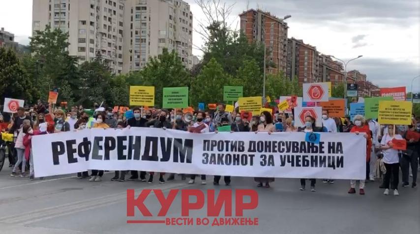 МАСОВНИ ПРОТЕСТИ НА УЧЕНИЦИТЕ НИЗ МАКЕДОНИЈА: Во еден глас против политиките на Мила Царовска (ФОТО)