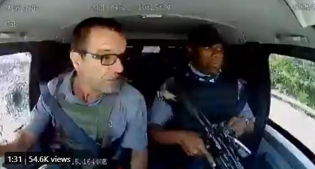 ЛУДА СНИМКА ОД ОБИД ЗА ГРАБЕЖ НА АВТОМОБИЛ ШТО ПРЕВЕЗУВА ПАРИ: Куршуми летат на сите страни, на возачот како да му е сончев ден! (ВИДЕО)