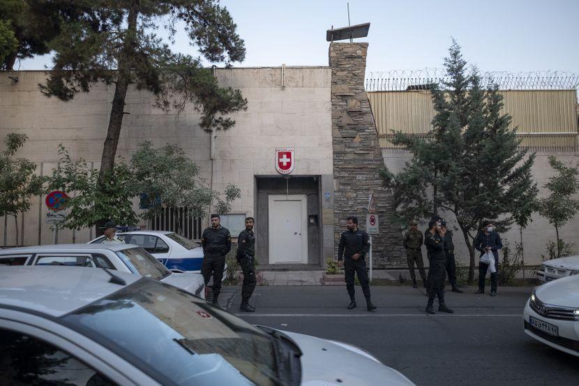 Паднала од 18 кат, никој не знае како: Почина првата секретарка на швајцарската амбасада во Иран