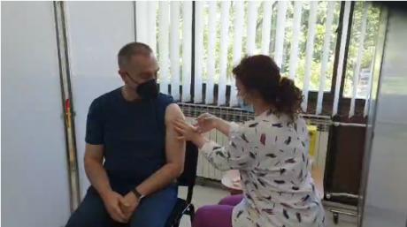 Додека останатите граѓани чекаат во ред, вицепремиерот Груби влезе и во живо на Фејсбук се пофали дека се вакцинирал (ВИДЕО)