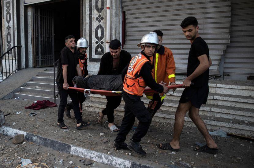 Тажни фотографии во Израел по бомбардирањето: Тел Авив во рушевини, луѓе на носилки, деца со куфери.. (ФОТО)