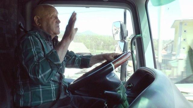 ФОТО: Има 85 години и се уште вози шлепер