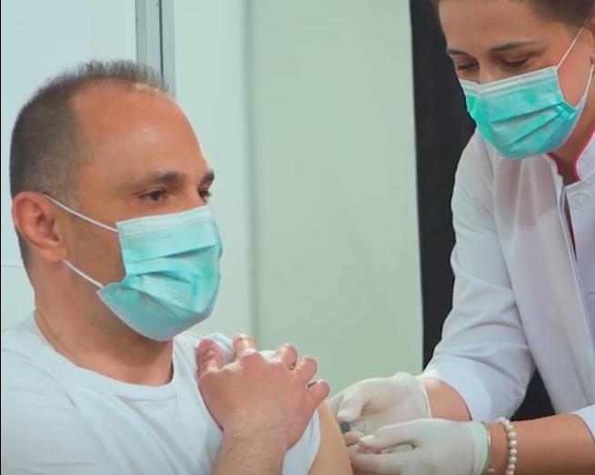 Филипче објави видео од неговата вакцинација и повика сите да се вакцинираат