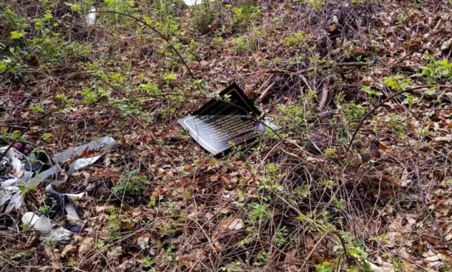 Уништена спомен плочата за убиените бранители кај Вејце