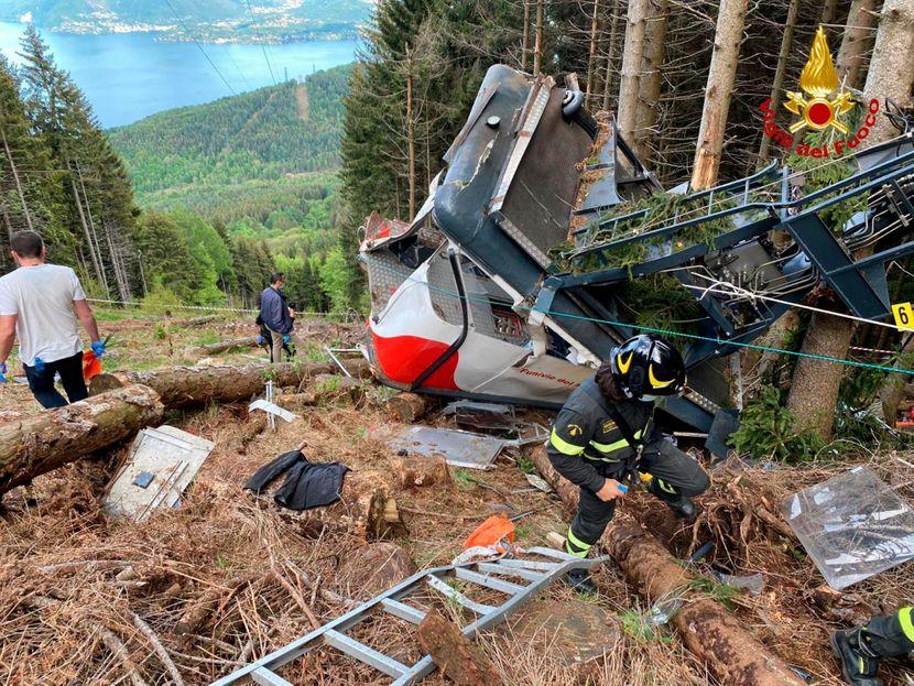 Три лица уапсени за падот на жичарата во Италија во која загинаа 14 лица