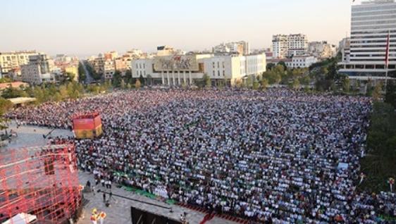 ФОТО+ВИДЕО: Бајрамски намаз на плоштадот Скендербег во Тирана и обид за самозапалување
