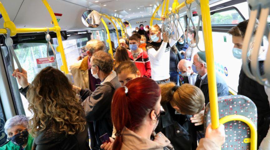 ФОТО: Среде пандемија во неколку линии од скопскиот јавен превоз патниците си дишат во врат