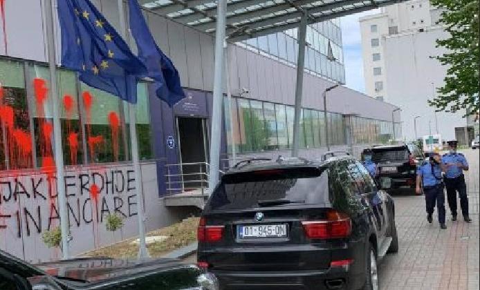 Уапсени опозициски активисти во Косово поради графит и фрлање боја на владината зграда