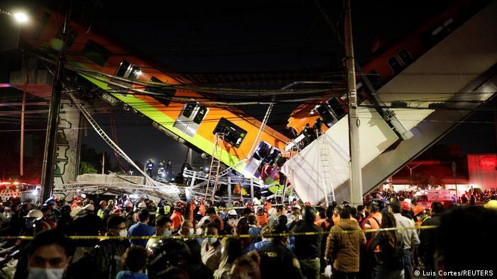 ВИДЕО: Надвозник се урна во Мексико додека минувало метро, најмалку 15 загинати