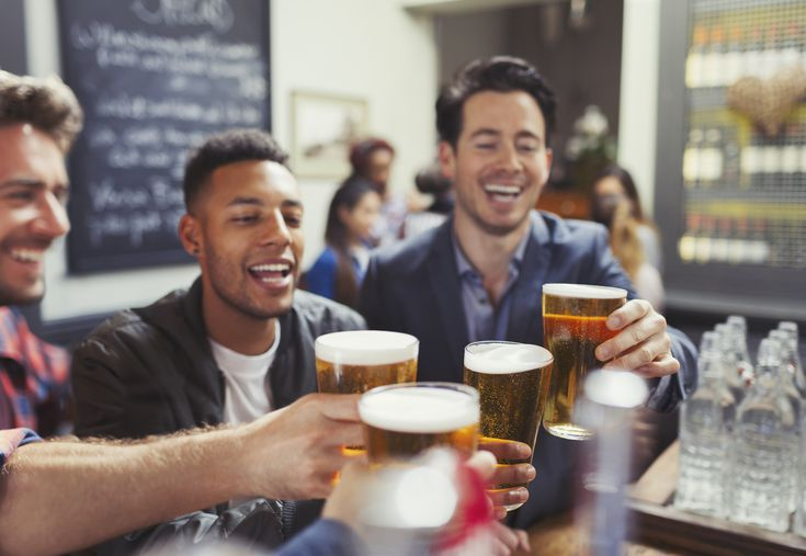 Англија од следната недела отвора барови и ресторани, ќе се дозволат и домашни собиранки