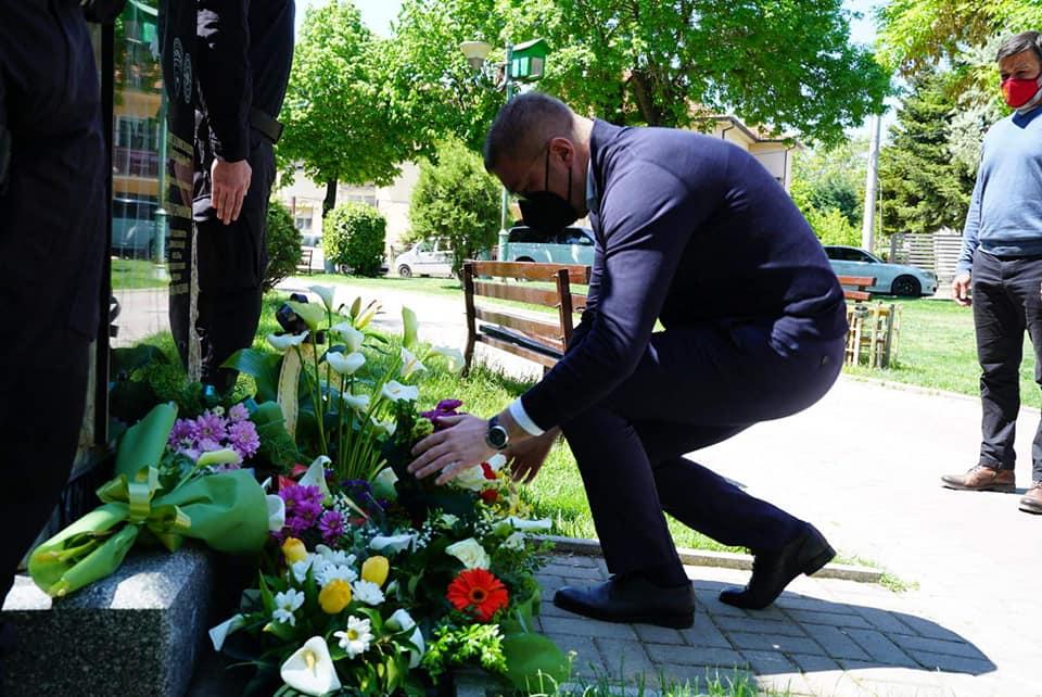 Мицкоски положи цвеќе на спомен плочата на Ненад Серафимовски кој загина во Диво насеље: Хероите живеат вечно!