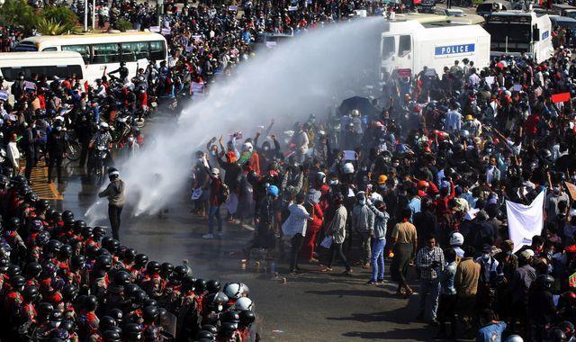 Суспендирани повеќе од 11.000 академици и наставници, во Мјанмар протестирале против владејачката хунта