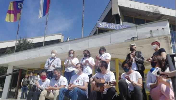 """Македонци со порака """"Благодарам Србија"""" дојдоа во Врање да се вакцинираат, па прославија со песна (ВИДЕО)"""