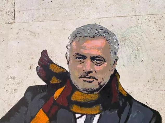 """ФОТО: Мурињо на """"веспа"""" во Рим, обожаватели се сликаат со него"""
