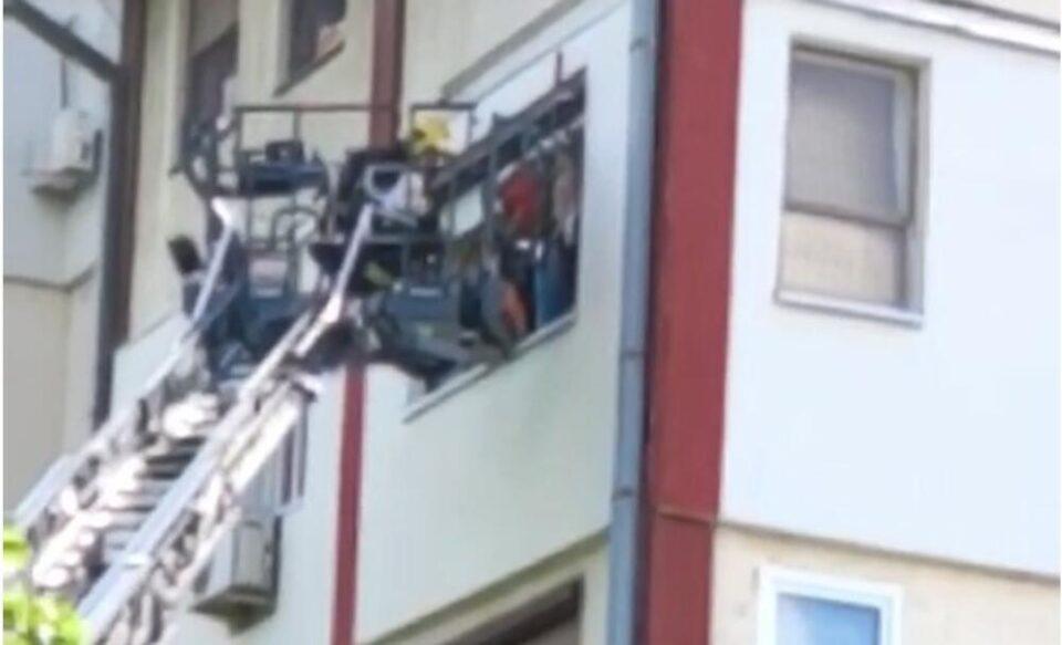 ЕВАКУАЦИЈА ВО НОВИ САД: Пожарникарите спасуваат луѓе преку прозорци со помош на платформа! (ФОТО)