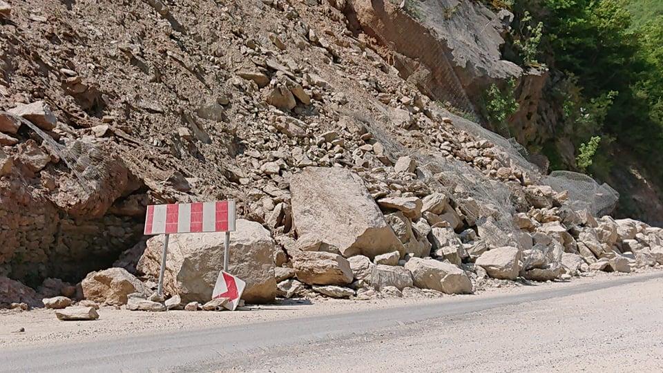 ФОТО: Голем одрон на патот- возете внимателно кон Делчево