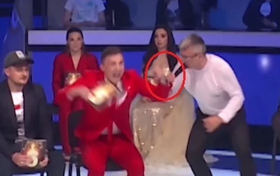 """ДРАМА ВО ЕМИСИЈАТА: Учесник во """"Ѕвездите на Гранд"""" го удри Саша Поповиќ и му искрши заб – скокна од столица и вресна (ВИДЕО)"""