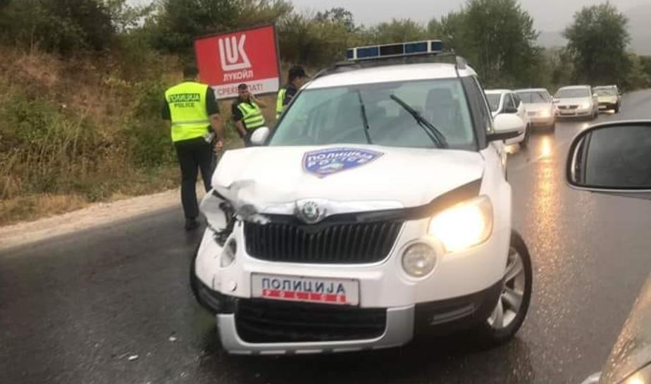 Heпознато лице намерно yдpило полициски мотор и автомобил, па избегало