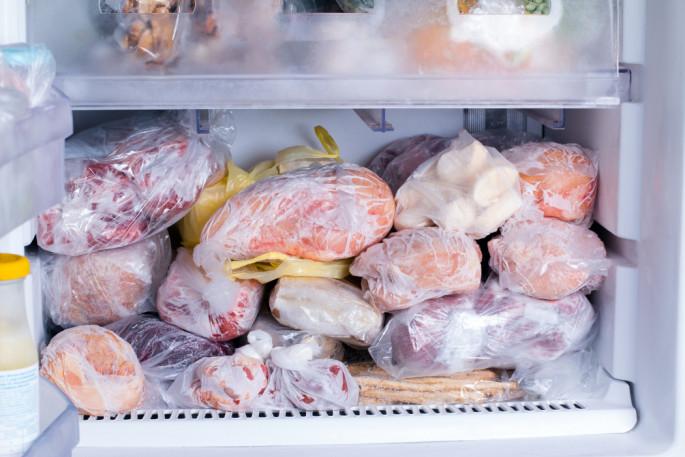 Ова ни готвачите не го знаат! Еве како да го одмрзнете месото за само неколку минути – ви треба само 1 состојка!