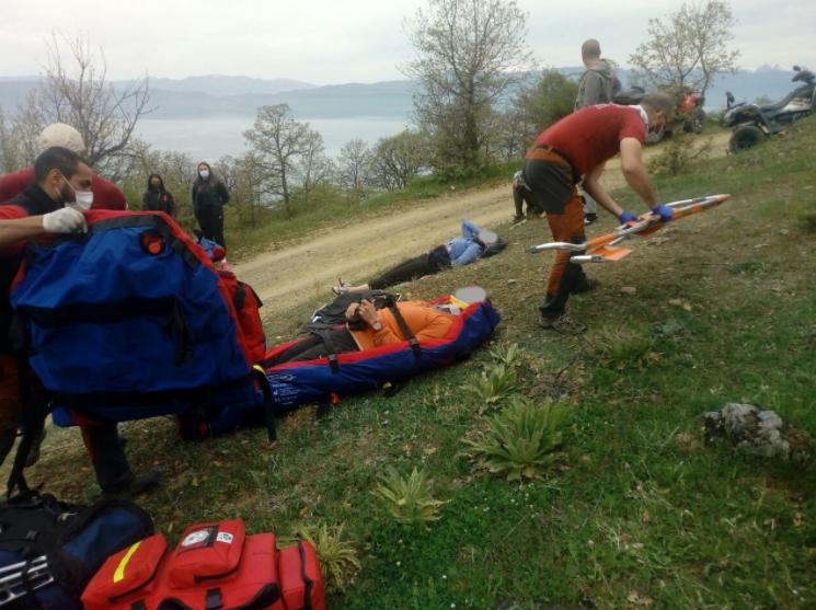 ФОТО: Спасени туристи кои паднале во провалија во охридско, планинската спасителна служба во итна акција