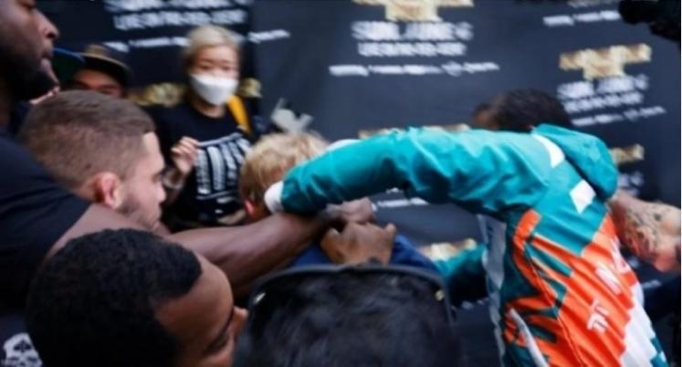 Следуваше жестока тепачка: Јутјубер ја грабна капата на Мејведер, па го налути боксерот (ВИДЕО)