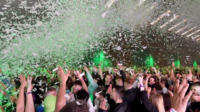 ФОТО: Забава како во добрите стари времиња, 3.000 луѓе во ноќен клуб во Ливерпул
