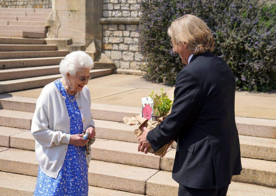 На кралицата Елизабета минатата недела и беше врачена роза од Единбург за да го одбележи 100-от роденден на принцот Филип