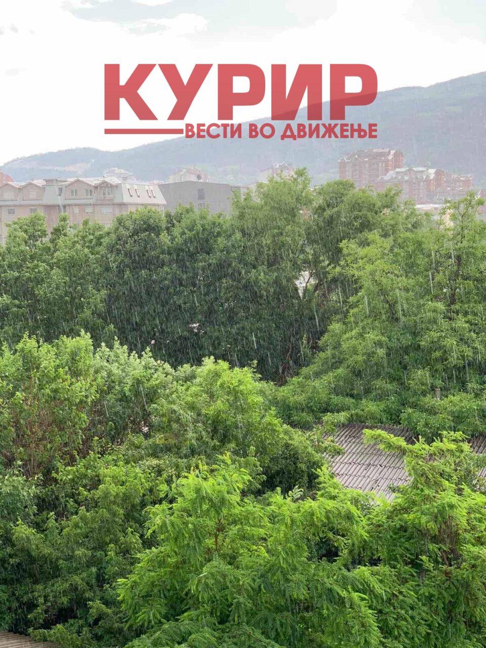 ПОВТОРНО ДОЖД ВО СКОПЈЕ: Невремето предизвика и хаос во сообраќајот, во наредните денови УХМР најавува уште повеќе дожд!