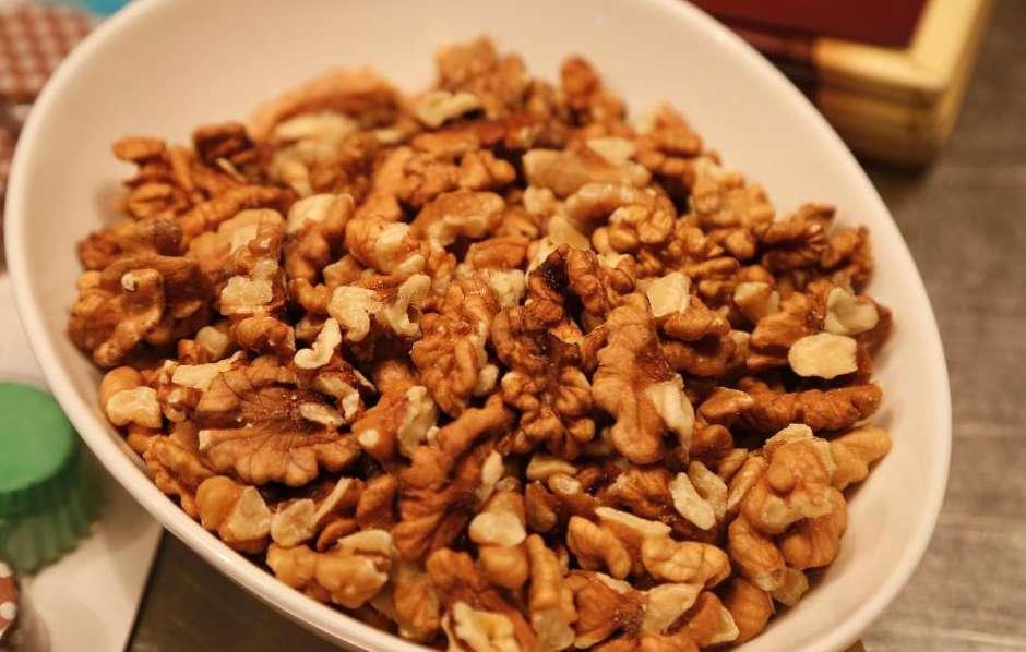 """Јадете само 2 ореви секој ден, резултатите ќе ве воодушеват: Го намалуваат крвниот притисок и холестеролот, и """"лекуваат"""" уште 8 други проблеми"""