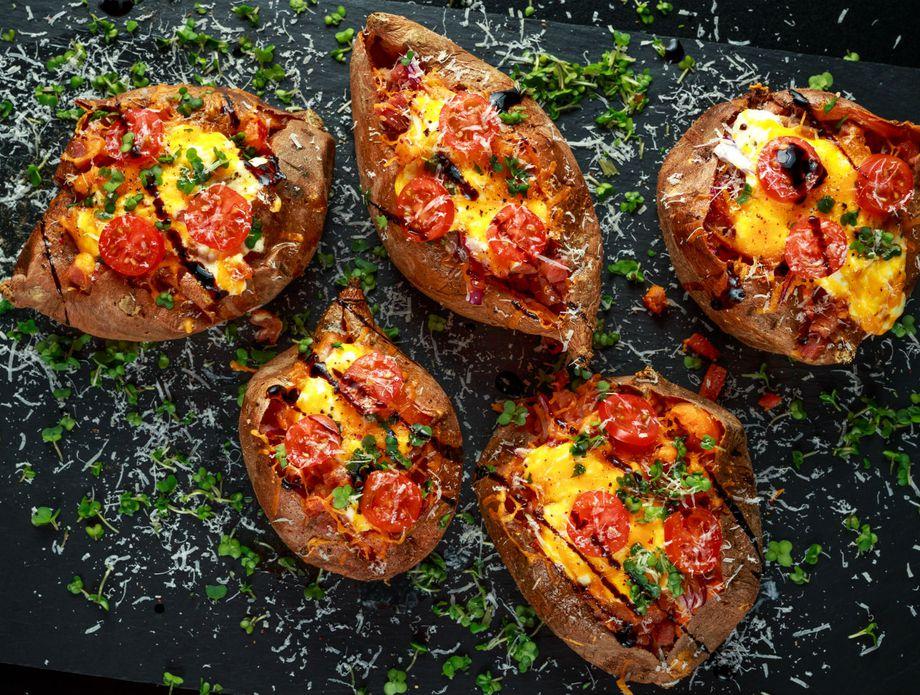 Рецепт за најслаткиот печен компир со сирење и сланина