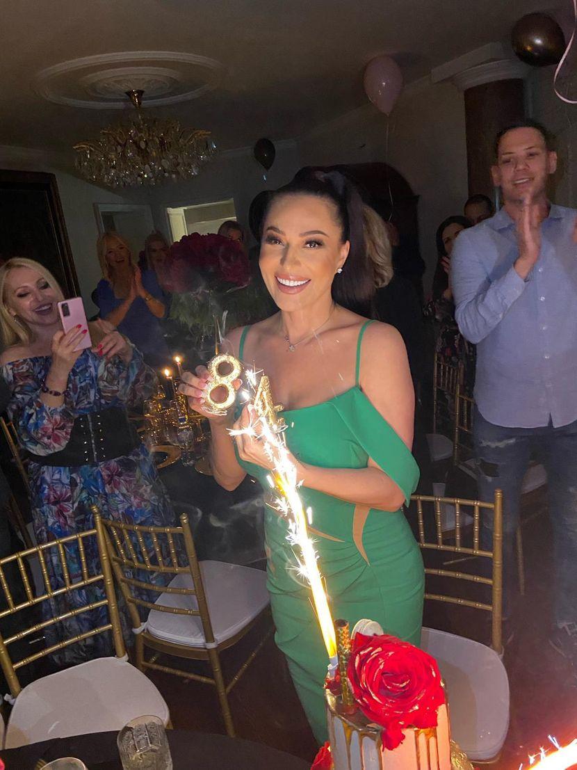 Бизнис класа за Цеца и хотел со пет ѕвездички: Пејачката доби несекојдневен роденденски подарок, еве каде ќе патува и со кого