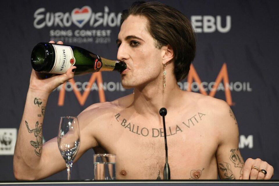 Победникот на Евровизија повторно во центарот на вниманието – на девојките нема да им биде добро кога ќе го видат само по гаќички