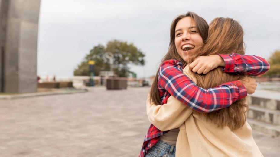 И допирот лечи: Физичкиот контакт со други луѓе е неопходен за среќа и здравје