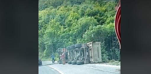 ВОЗЕТЕ ВНИМАТЕЛНО: Превртен камион пред Стража