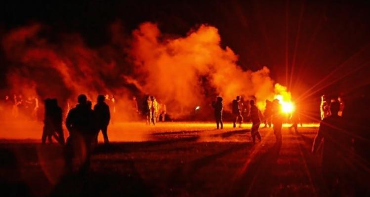 Жестоки судири меѓу учесници на рејв забава и полицијата во Франција, момче остана без рака