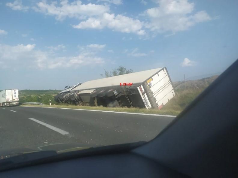 ФОТО: Се преврти камион на автопатот Скопје-Велес