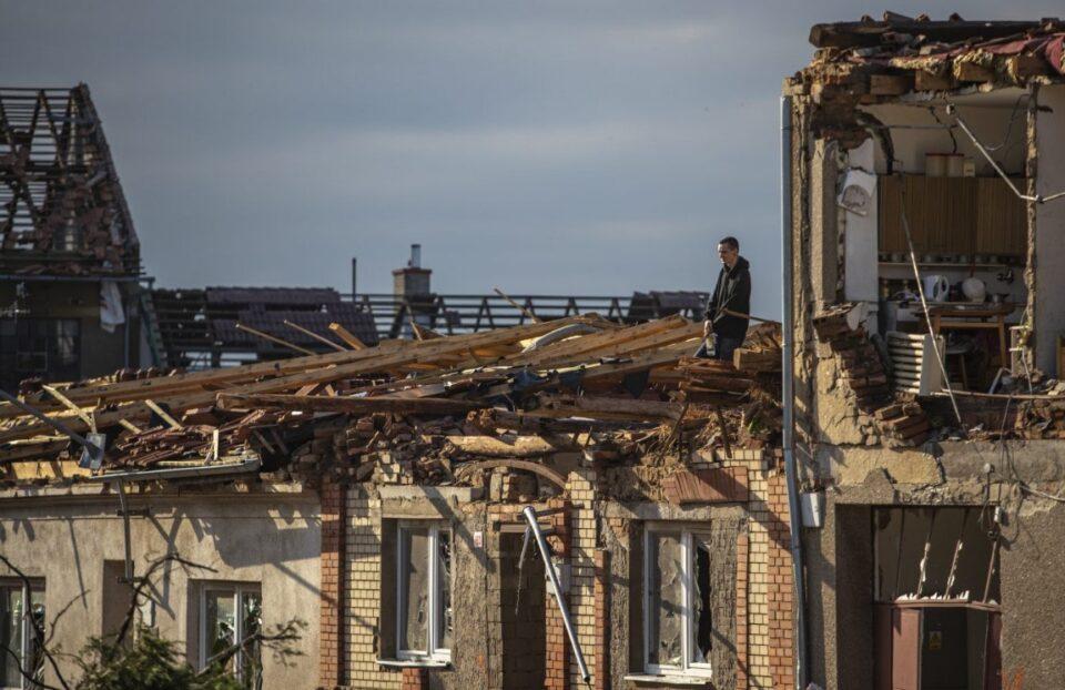 Најмалку петмина мртви по торнадото во Чешка