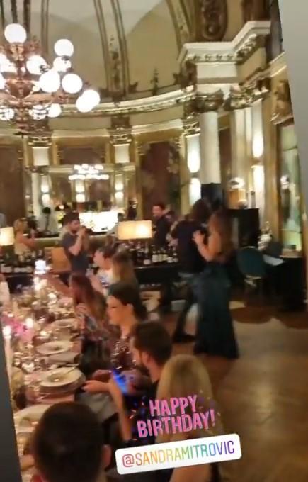 Ќерката на Жељко Митровиќ го прослави 30-от роденден: Кога виде кој пејач го донесе татко и не им веруваше на сопствените очи (ФОТО)