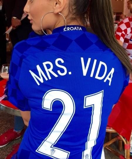 Го фрли во транс целиот свет, а сега ни трага ни глас од неа: Фановите на ЕП ја бараат назад на трибините секси сопругата на хрватскиот фудбалер