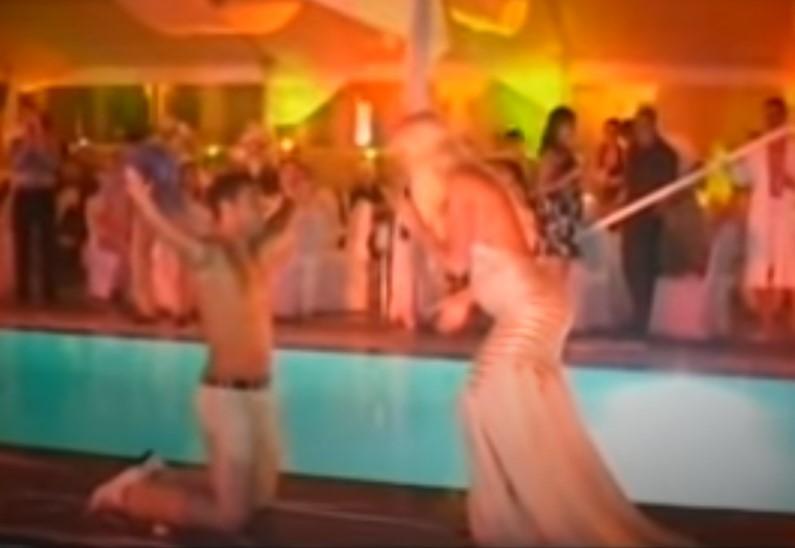 """ЌЕ СЕ НАЕЖИТЕ: Карлеуша пред 13 години на оваа македонска песна го кажа судбоносното """"Да"""", Душко на колена и го бакнуваше стомакот (ВИДЕО)"""