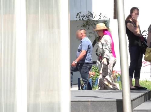 ВИДЕО: Зорица и Кемиш на Клиника, парот снимен како влегува во болница