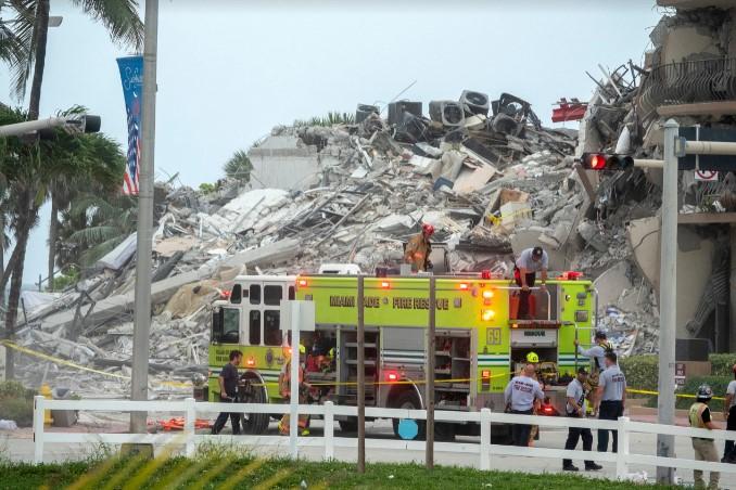 Најмалку четворица загинати и 159 исчезнати при уривањето на висококатницата во Флорида
