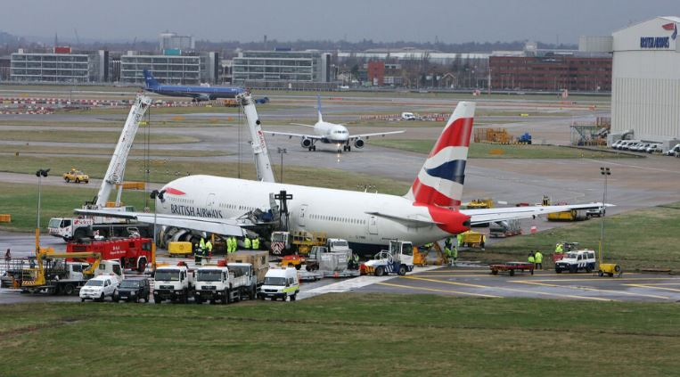 ФОТО: Несреќа на аеродромот во Лондон, итните служби на терен