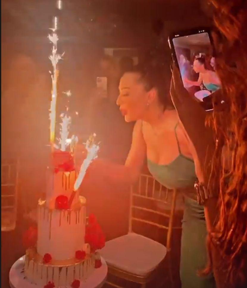 Цеца доби спектакуларна роденденска торта, но кога ќе видите кој стоеше зад неа додека ги дуваше свеќите ќе заборавите на сите детали (ФОТО)