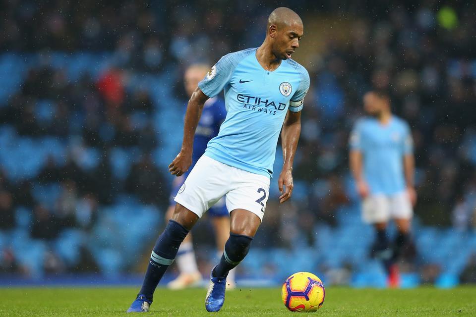 Манчестер Сити го продолжи договорот со капитенот Фернандињо