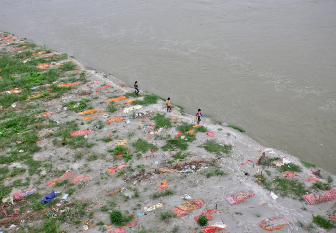 ВИДЕО: Монсунски дождови ги извадија телата на површина, Ганг преполна со жртви од коронавирус