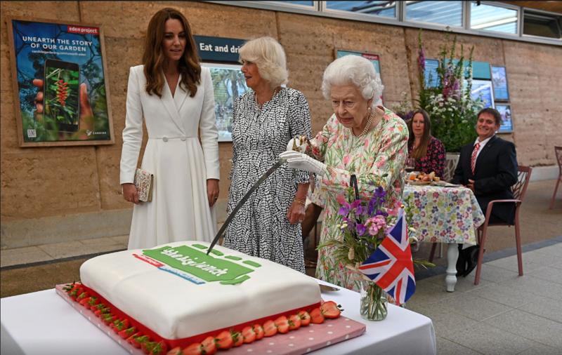 Кралицата Елизабета на сред свечен ручек замавна со меч, погледнете како реагираа Камила и Кејт