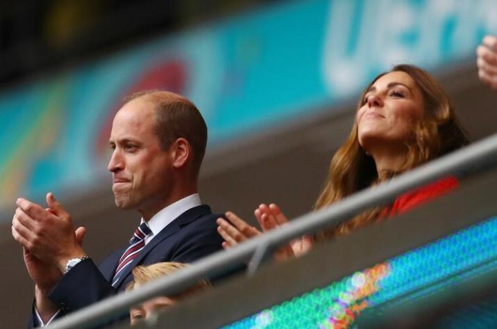 """ФОТО: Кралска поддршка за """"Гордиот албион"""" – Вилијам, Кејт и синот Џорџ навиваа на Вембли"""
