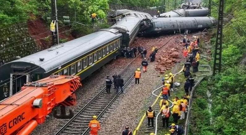 ФОТО: 9 загинати во железничка несреќа во северо-западна Кина
