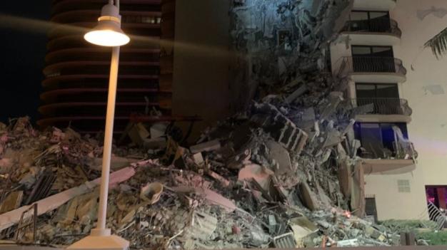 ВИДЕО: Голема спасувачка операција во тек, се урна станбена зграда во Мајами
